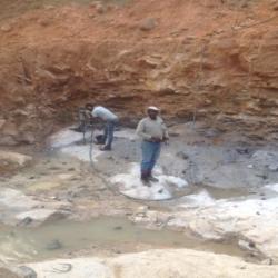 Perforation des trous dans la roche saine pour ancrage de la semelle de la culée